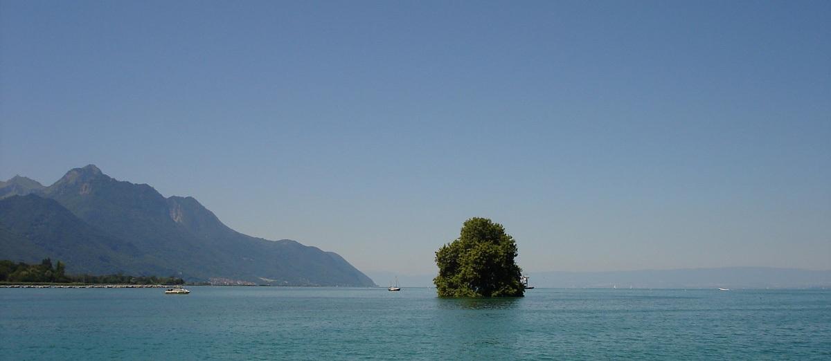Auf dem Genfersee mit Blick auf die Île de Peilz, Kanton Waadt, in Richtung des durch eine Landesgrenze geteilten Saint-Gingolph mit der einen Hälfte im Kanton Wallis und der anderen in Frankreich liegend. Foto: Wiedmer, Christian: Worb.
