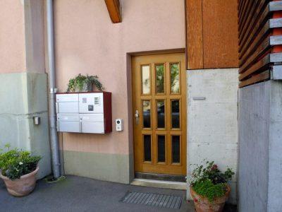 Hauseingang zum Therapieraum, Bahnhofstrasse 20, Worb. Foto: Wiedmer, Christian; Worb, 2018.